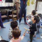 お部屋で楽器遊び
